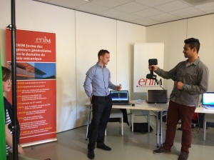 Des élèves-ingénieurs de l'ENIM manipulent le scanner 3D Mantis
