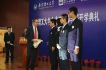 Pierre Chevrier remet à quatre élèves le béret, symbole des étudiants de l'ENIM.
